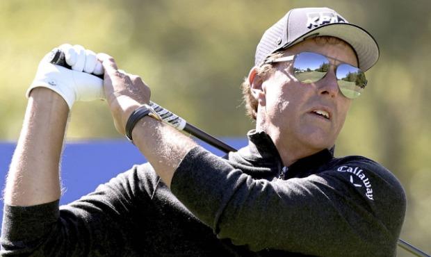 Phil Mickelson dõi theo cú phát bóng ở hố 18 vòng đầu giải lão tướng Dominion Energy Charity Classic trên sân Country Club, Virginia hôm 17/10. Ảnh: AP