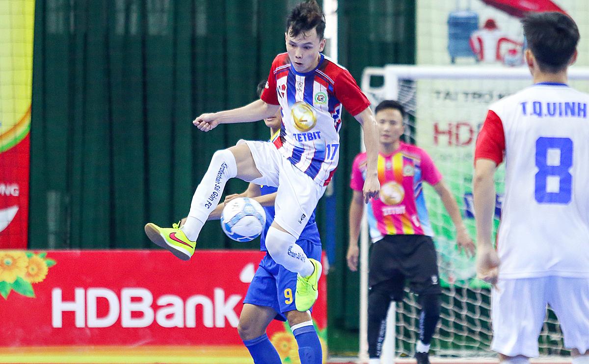 Sài Gòn FC (áo sọc) tạm thời vào tốp ba nhưng vị trí này có thể bị soán khi các đối thủ còn lại tối nay ra quân lượt 17.