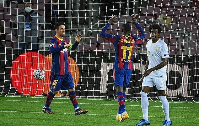 Messi (trái) chia vui với Dembele, sau khi cầu thủ người Pháp ấn định tỷ số 5-1. Ảnh: AFP.
