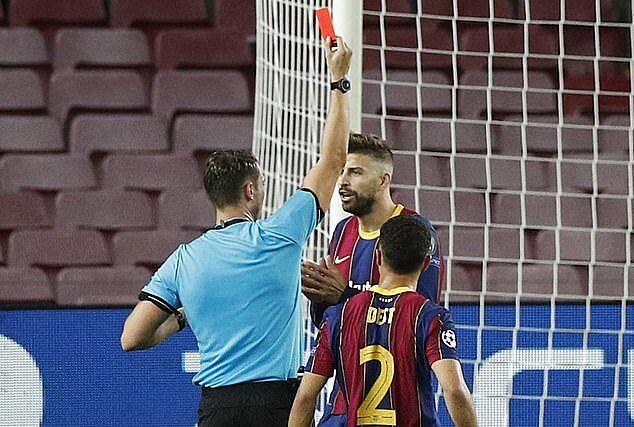 Thẻ đỏ giữa hiệp hai của Pique khiến Barca khó khăn trong những phút cuối trận. Ảnh: Reuters.
