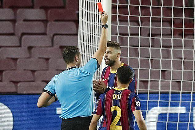 Trong ngày công bố hợp đồng mới, Pique nhận thẻ đỏ trong trận thắng Ferencvaros 5-1. Ảnh: Reuters.