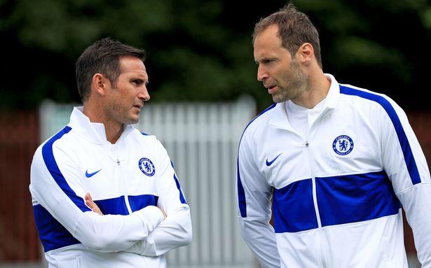 Cech trao đổi với HLV Frank Lampard bên lề một buổi tập tại Cobham, London. Ảnh: PA