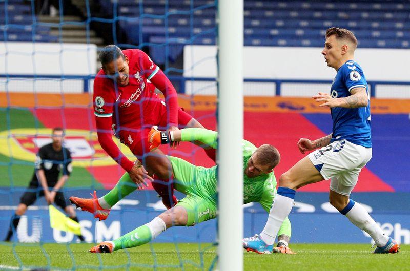 Van Dijk (áo đỏ) nghỉ thi đấu dài hạn, và có thể bỏ lỡ toàn bộ phần còn lại của mùa 2020-2021. Ảnh: Reuters.