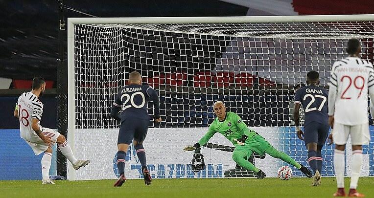 Bruno Fernandes đánh lừa thủ môn Keylor Navas ở cú sút phạt đền thứ hai. Anh ghi bàn đầu tiên cho Man Utd ở Champions League. Ảnh: AP