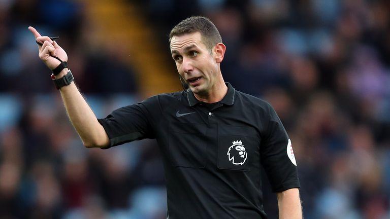 David Coote gây nhiều tranh cãi khi điều hành tổ VAR trận Everton hòa Liverpool 2-2 cuối tuần trước. Ảnh: Sky.