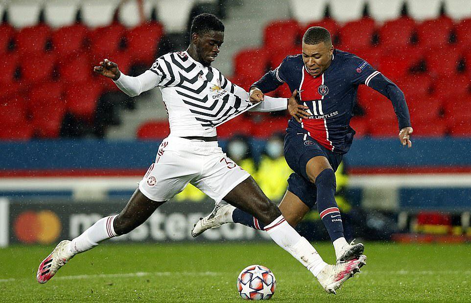 Trung vệ Tuanzebe (trái) trở lại thi đấu sau 10 tháng dưỡng thương, nhưng khóa chặt ngòi nổ Kylian Mbappe. Ảnh: EPA