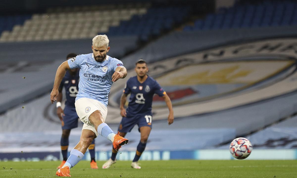 Aguero đá phạt đền, gỡ hoà 1-1 cho Man City ở phút 20. Đây là bàn thứ 40 của tiền đạo người Argentina tại Champions League, nhưng mới là bàn đầu tiên anh ghi cho Man City mùa này. Ảnh: AP