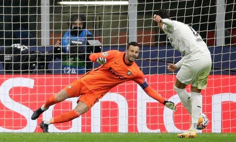 Tiền vệ Algeria - Ramy Bensebaini - đánh bại Handanovic ở cú đá phạt đền. Ảnh: Reuters