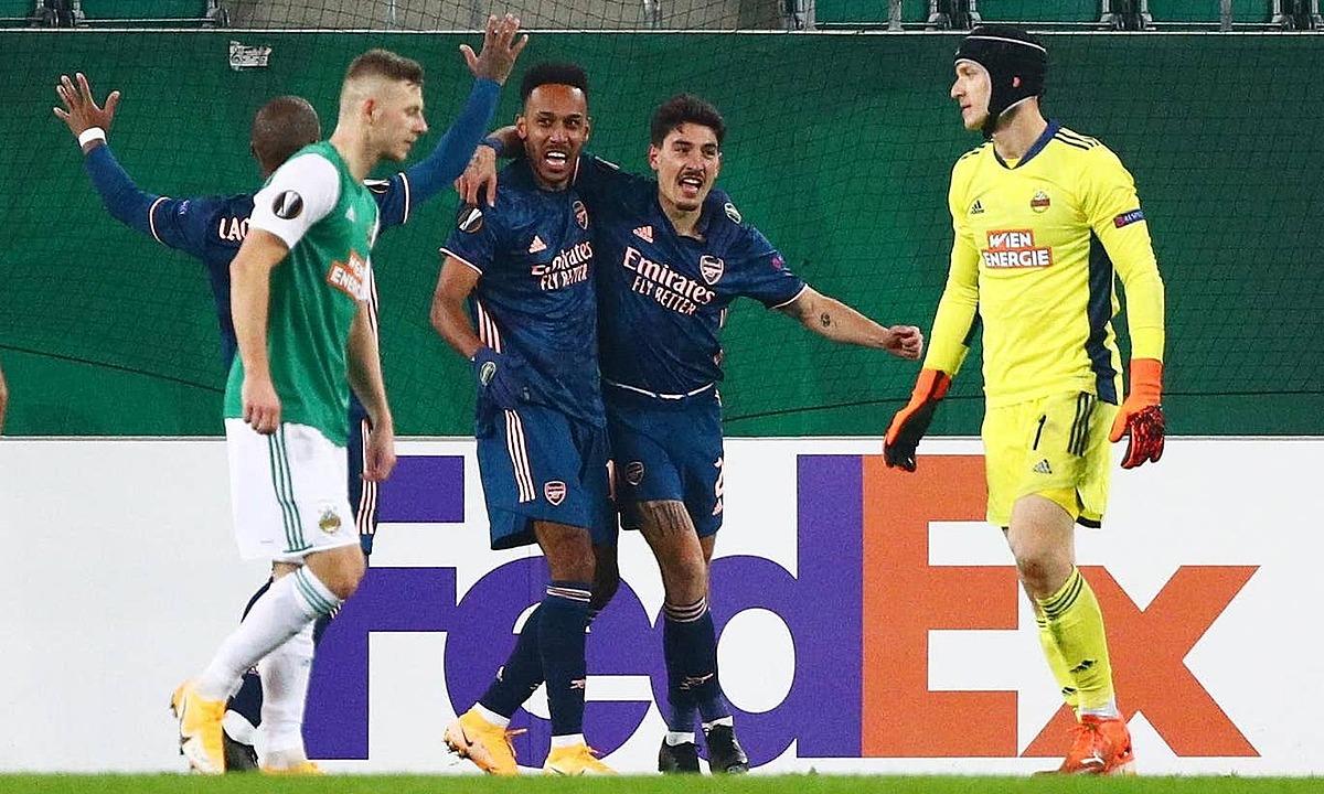 Aubameyang và Bellerin (thứ hai và thứ ba từ phải sang) phối hợp ghi bàn quyết định cho Arsenal, 13 phút sau khi vào sân. Ảnh: Reuters