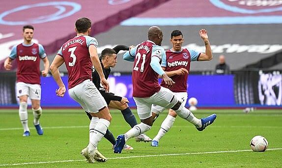 Phil Foden xoay người ghi bàn gỡ hoà cho West Ham. Ảnh: Reuters.
