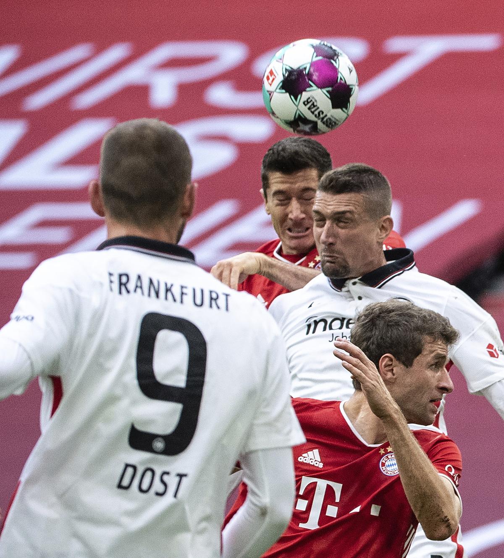 Lewandowski trong tình huống đánh đầu, nâng tỷ số lên 2-0 ở phút 26. Hattrick vào lưới Frankfurt ngày 24/10 giúp anh có 10 bàn chỉ qua bốn lần ra sân tại Bundesliga mùa này. Ảnh: AP