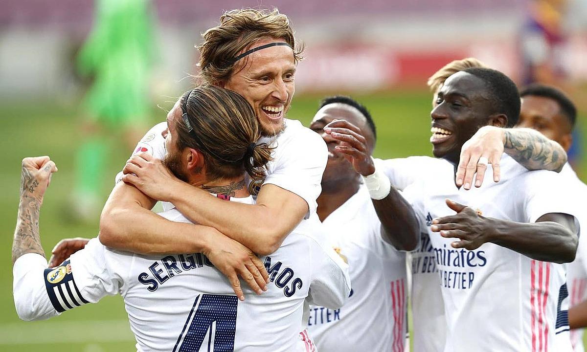 Modric ôm Ramos mừng bàn thắng ấn định thắng lợi 3-1 cho Real. Ảnh: AP