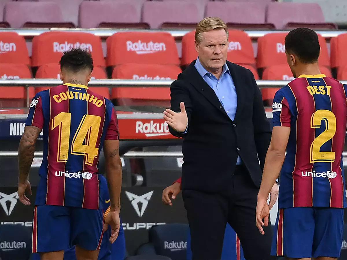 HLV Koeman động viên các cầu thủ Barca sau trận thua Real tối 24/10. Ảnh: AFP.