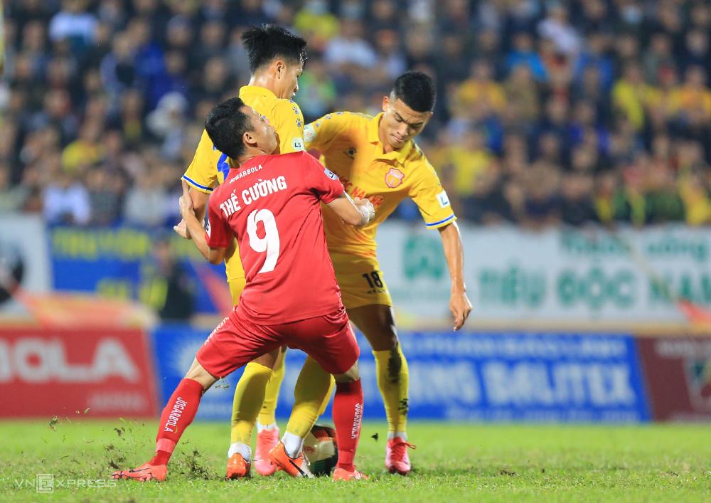 Nam Định liên tiếp thua Quảng Nam và Hải Phòng trên sân nhà, đứng trước nguy cơ phải xuống hạng.