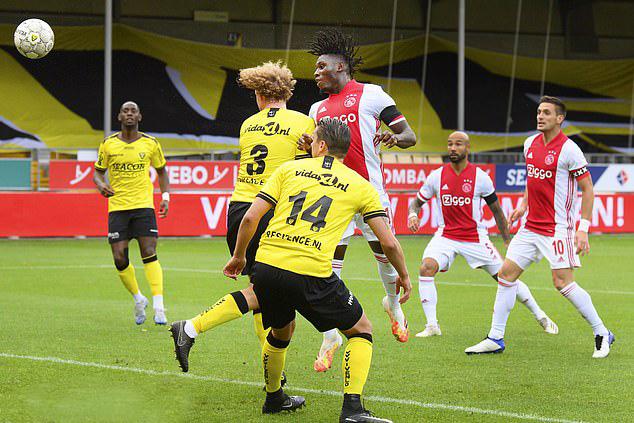 Lassina Traore ghi năm bàn và ba lần kiến tạo trong trận đấu với VVV Venlo. Ảnh: Reuters.