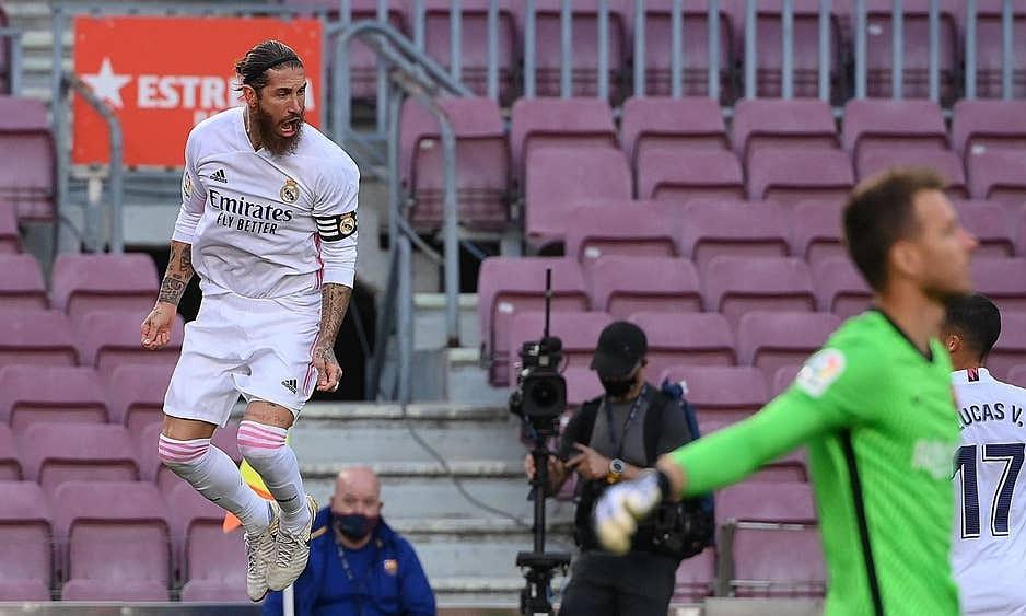 Ramos (trái) lần đầu ghi bàn từ phạt đền ở El Clasico. Ảnh: Reuters