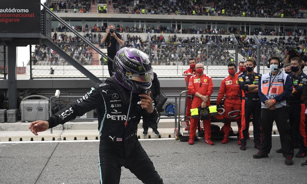 Hamilton phấn khích với chiến thắng, trước sự chứng kiến của kình địch Ferrari. Ảnh: AP