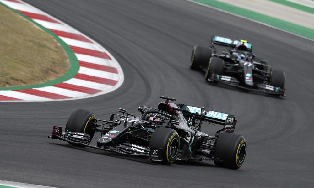 Bottas bất lực bám đuổi phía sau Hamilton trong phần lớn chặng đua. Ảnh: AP