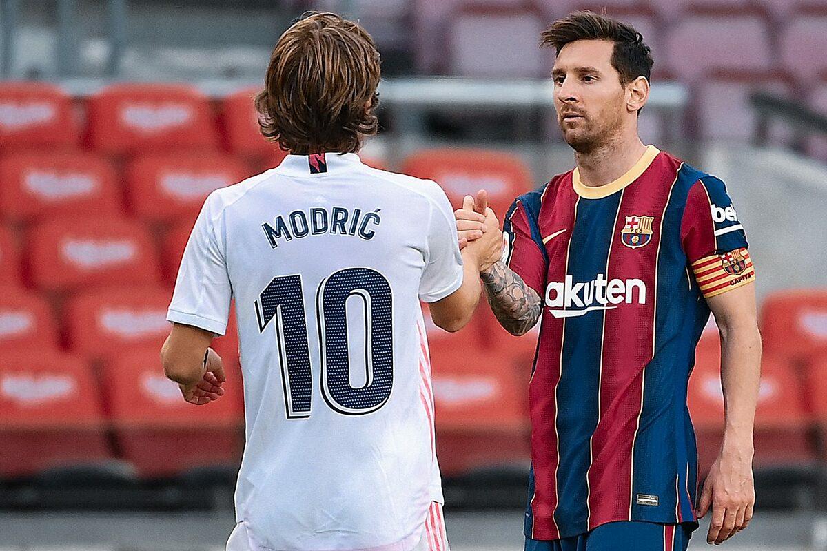 Messi (phải) bắt tay Luka Modric trong trận đấu giữa Barca và Real ở La Liga hôm 24/10. Ảnh: AFP.