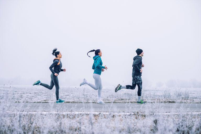 Người chạy khởi động kỹ, uống đủ nước khi chạy bộ mùa đông. Ảnh: womenshealthmag.