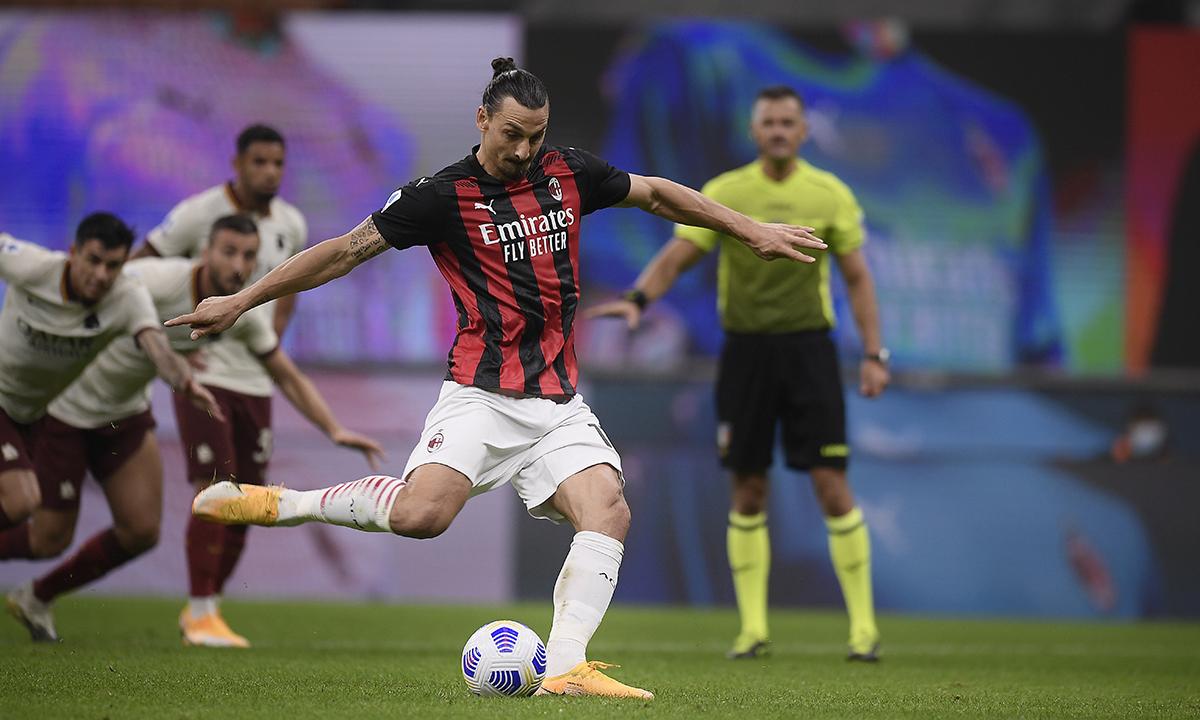 Ibrahimovic đá phạt đền nâng tỷ số lên 3-2 cho Milan trước Roma trên sân San Siro hôm 26/10. Ảnh: AP