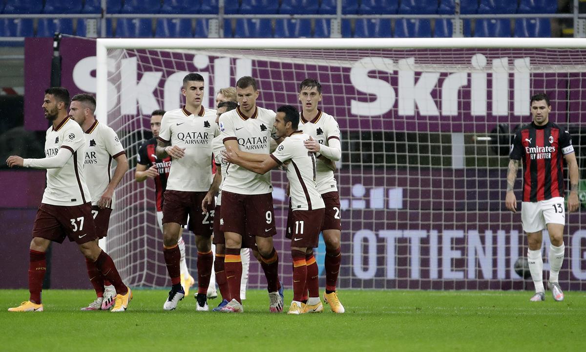 Cầu thủ Roma chia vui với Dzeko (số 9) sau khi anh này gỡ hoà 1-1 trên sân San Siro hôm 26/10. Ảnh: AP