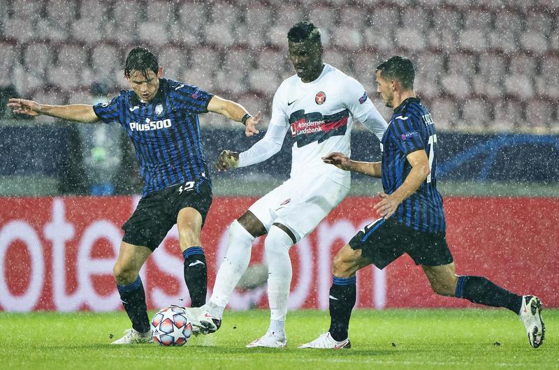 Tiền đạo Sory Kaba (áo trắng) của Midtjylland tranh chấp với hai cầu thủ Atalanta ở trận ra quân bảng D Champions League trên sân MCH Arenal, Herning, Đan Mạch hôm 21/10. Ảnh: Reuters
