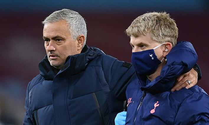 Một ngày sau khi chê trách VAR, Mourinho (trái) nói đểu trọng tài. Ảnh: Reuters
