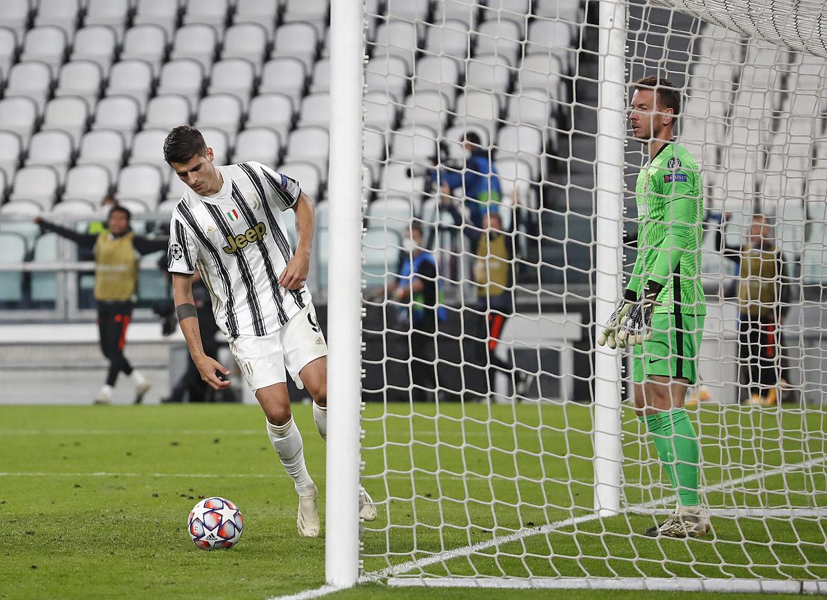 Morata trong một lần mừng hụt bàn thắng trước Barca hôm 28/10. Ảnh: AP