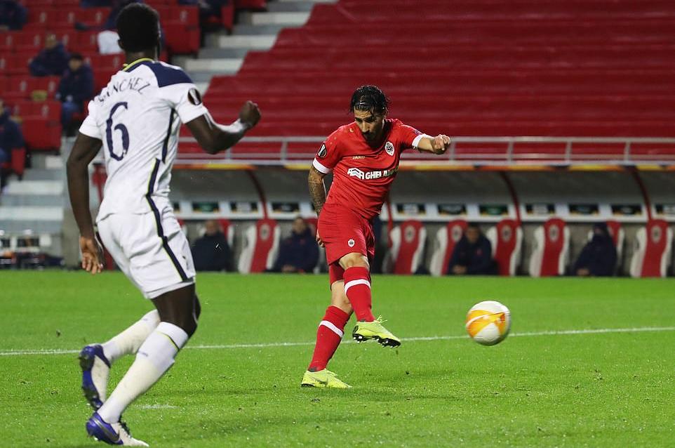 Refaelson trong tình huống bắt vô-lê ghi bàn duy nhất, giúp Antwerp hạ Tottenham. Ảnh: Reuters