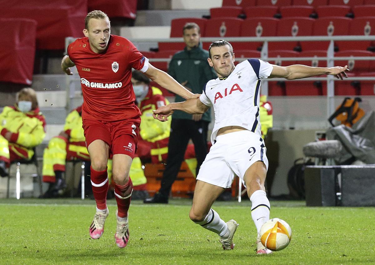 Gareth Bale tranh chấp với một hậu vệ Antwerp. Ngôi sao người Xứ Wales đá chính, nhưng không để lại nhiều ấn tượng tích cực và phải nhường chỗ cho Kane từ phút 58. Ảnh: AP