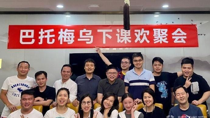 Nhóm CĐV tham dự bữa tiệc hôm 28/10. Ảnh: Weibo.