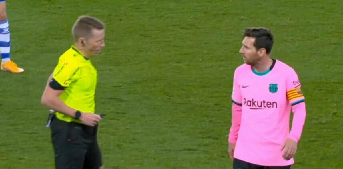 Messi nhiều lần tỏ vẻ bất bình với các quyết định của trọng tài chính Hernandez trong trận đấu với Alaves. Ảnh chụp màn hình.