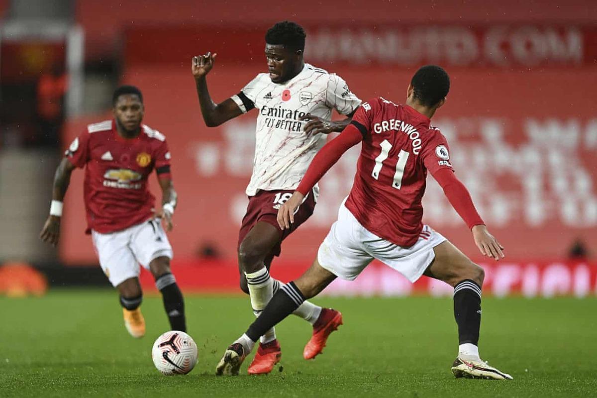Partey (áo trắng) chơi một trận tuyệt hay, và khóa chặt hai tiền vệ tấn công hàng đầu Ngoại hạng Anh là Pogba và Bruno. Ảnh: AP.