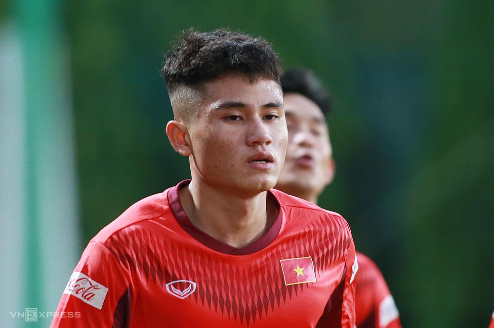 Nguyễn Phi Hoàng trong buổi tập đầu tiên cùng U22 Việt Nam tại Trung tâm đào tạo bóng đá trẻ Việt Nam chiều 2/11. Ảnh: Lâm Thoả