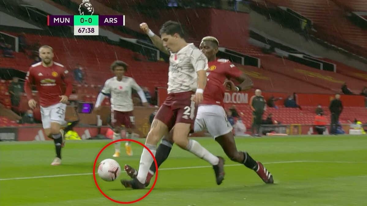 Pha phạm lỗi của Pogba với Hector Bellerin. Ảnh chụp màn hình.