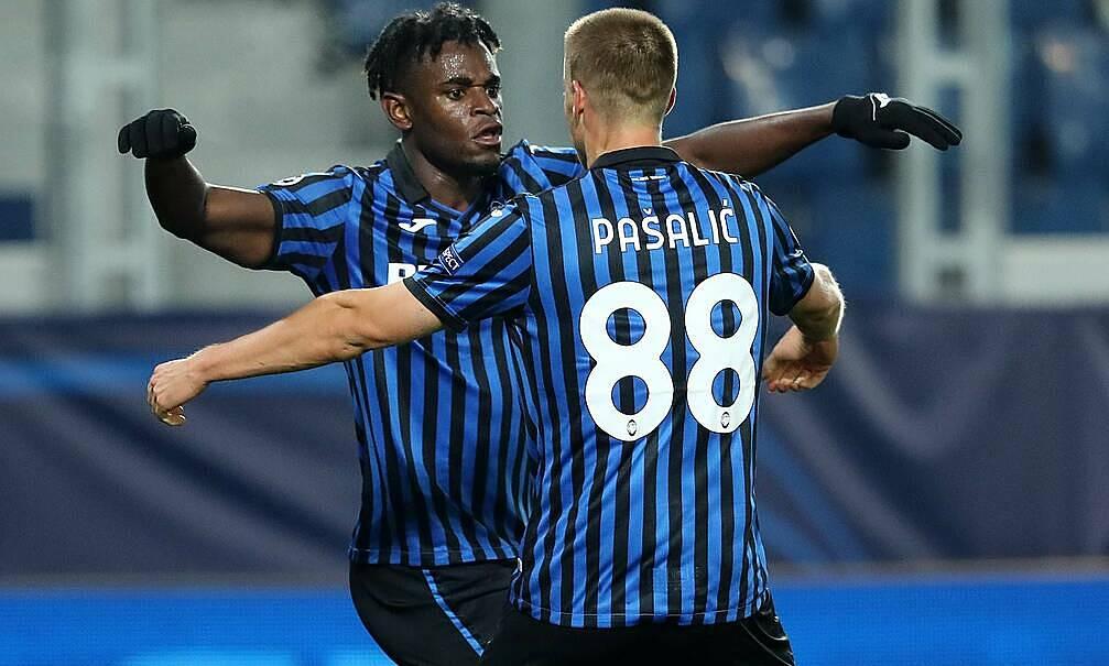 Duvan Zapata (trái) đã ghi ba bàn cho Atalanta tại Champions League mùa này. Ảnh: AP.