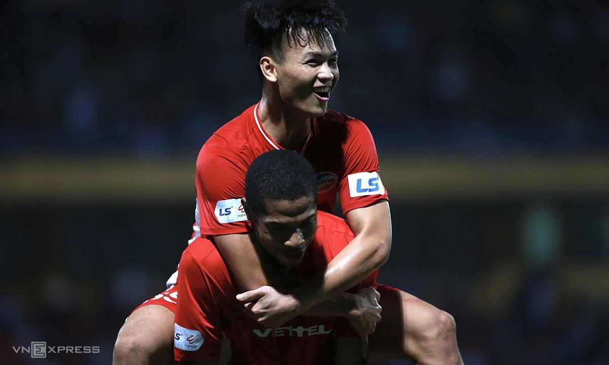 Van Hao (ด้านบน) และ Caique รวมกันเพื่อนำไปสู่เป้าหมายเดียวของการแข่งขัน  ภาพ: ลำท่อ