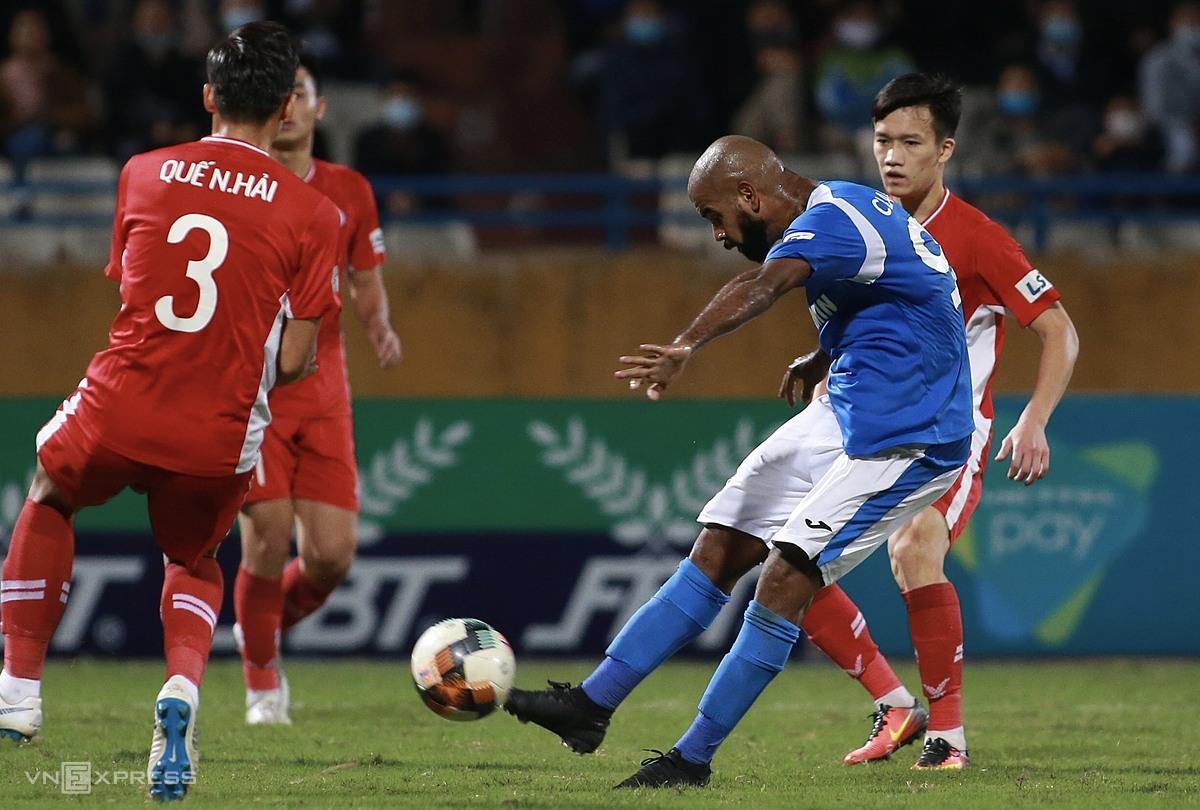 Claudecir (เสื้อเชิ้ตสีฟ้า) จัดการช้าเกินไปจากการส่งบอลของ Hai Long ปล่อยให้ Ngoc Hai โดนยิง  ภาพ: ลำท่อ