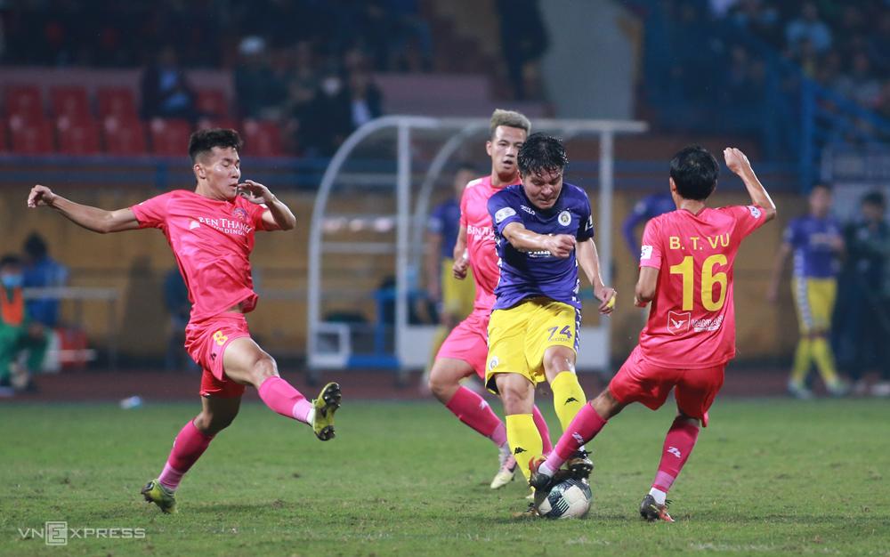 Hà Nội đá áp đảo Sài Gòn, cầm bóng 54%, tung ra 20 cú dứt điểm, nhiều gấp đôi đối thủ và thắng 4-2. Ảnh: Lâm Thoả