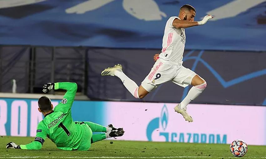 Benzema (phải) vượt qua Handanovic để mở tỷ số. Ảnh: EFE