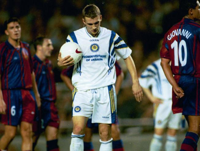 Shevchenko ก่อนยิงฟรีคิกทำให้ Kiev 3-0 ที่ Nou Camp เมื่อวันที่ 5 พฤศจิกายน 1997