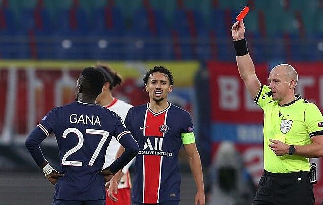 PSG chơi với 10 người từ phút 69, khi tiền vệ Gueye nhận thẻ đỏ. Phút bù giờ cuối, trung vệ Kimpembe nhận thẻ vàng thứ hai, khiến PSG rời sân với 9 người. Ảnh: AFP.
