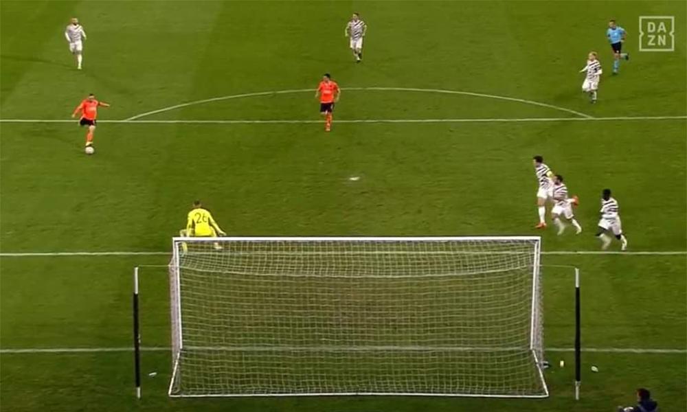 Tình huống dẫn đến bàn thua thứ hai của Man Utd trước Basaksehir.