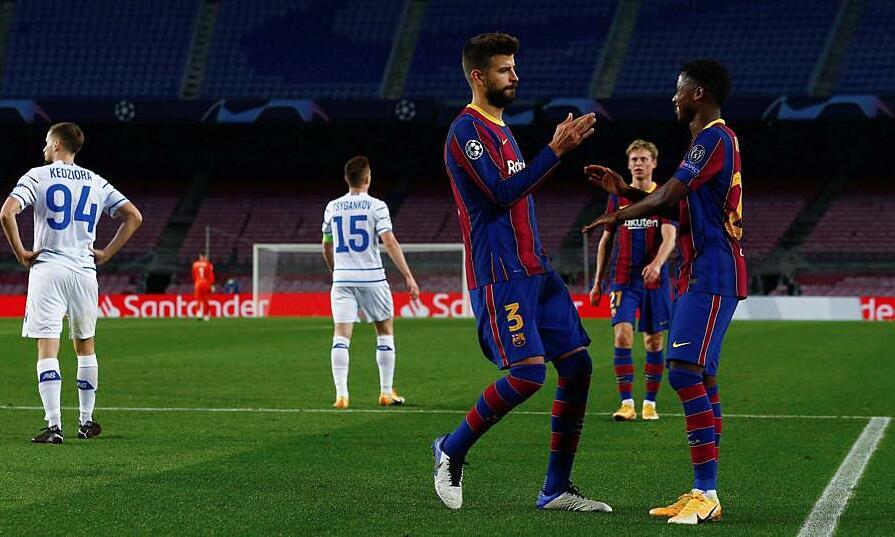 Pique (số 3) ghi bàn thứ 15 ở Champions League - trở thành hậu vệ ghi nhiều bàn thứ hai sau Roberto Carlos. Ảnh: Mundo Deportivo