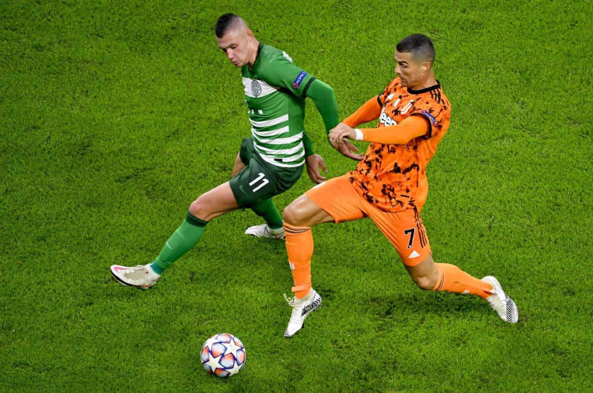 Ronaldo (phải) mùa thứ 18 liên tiếp thi đấu tại Champions League - thành tích chỉ kém Iker Casillas (20 mùa liên tiếp). Ảnh: LUSA