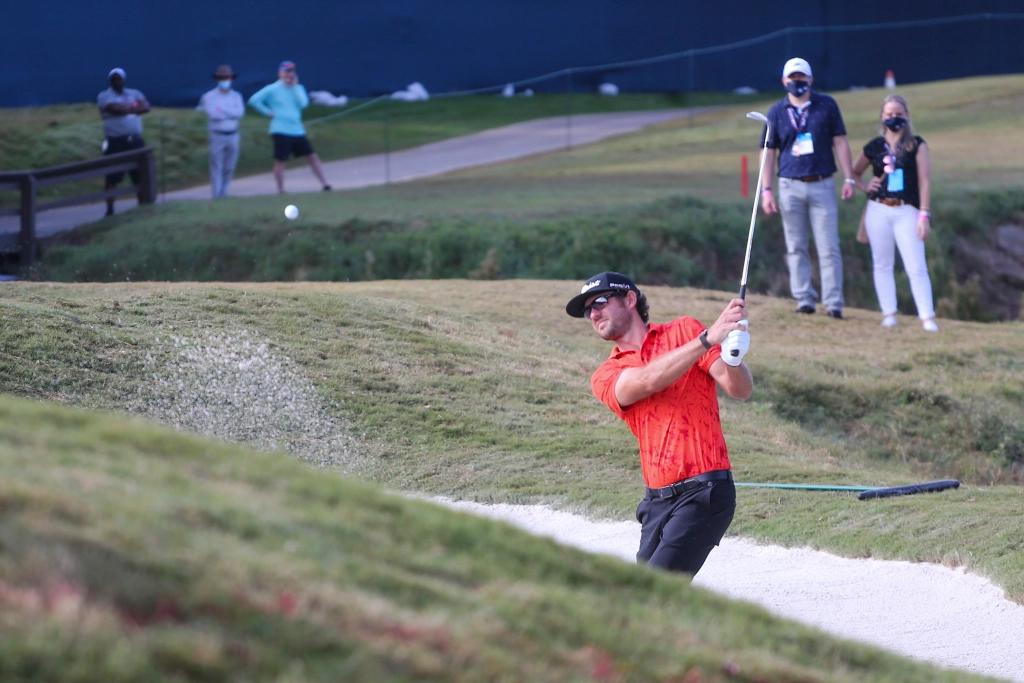 Lanto Griffin đánh bóng khỏi bẫy cát hố bảy vòng một Houston Open trước sự chứng kiến của một nhóm khán giả. Ảnh: USA Today