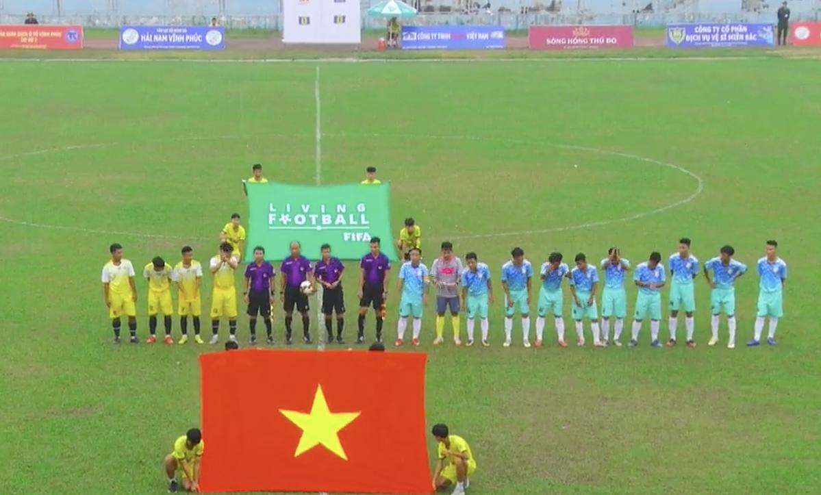 Ngay sau khi làm thủ tục chào khán giả, trọng tài huỷ trận đấu vì Sơn La (áo vàng) chỉ có bốn cầu thủ. Ảnh chụp màn hình Nhịp cầu bóng đá.