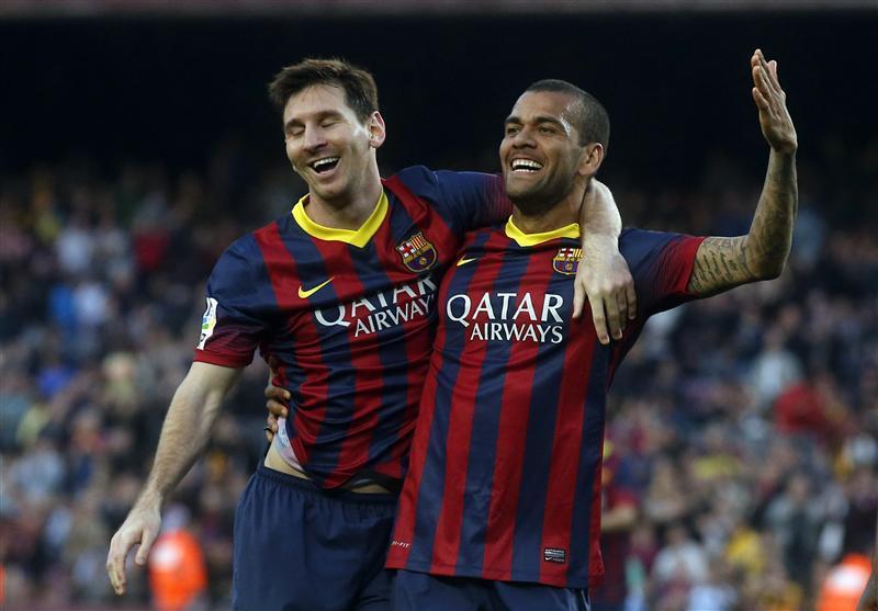 Alves (phải) là cầu thủ thành công nhất lịch sử bóng đá: 43 danh hiệu, trong đó có 23 chiếc Cup trong màu áo Barca. Ảnh: Reuters.