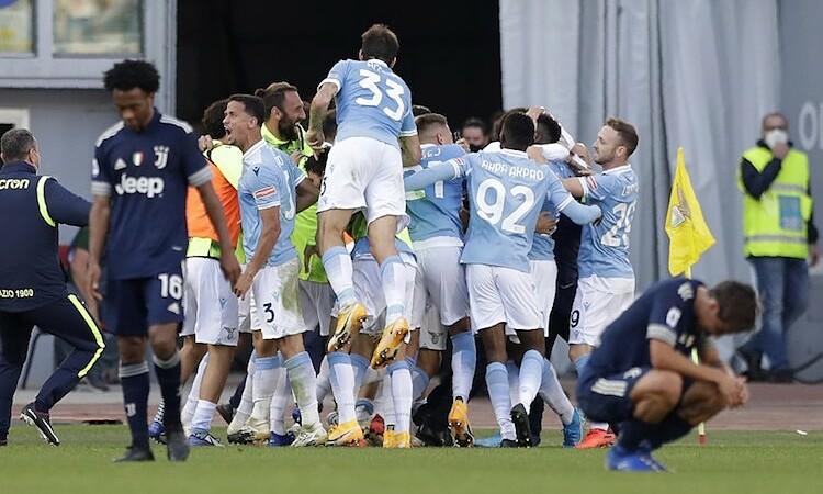 Lazio vỡ oà trong sung sướng sau khi ghi bàn gỡ hoà ở những giây cuối cùng. Ảnh: AP.